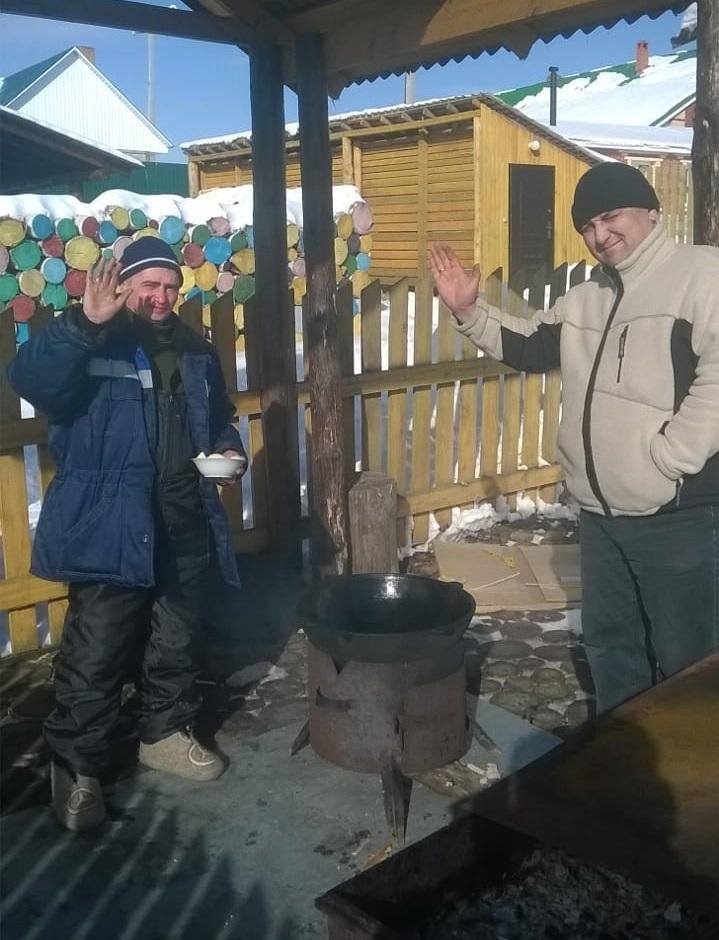 У очага на базе отдыха Русская Деревня