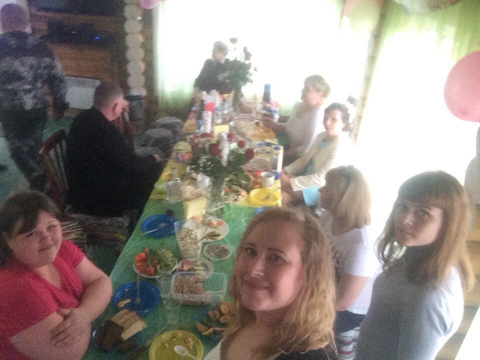 Застолье в доме Большой Урал